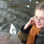Амстердамский лебедь сейчас как долбанет по коленке